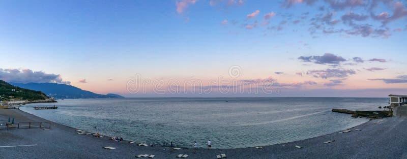 Panorama av stranden på solnedgången Hav och blå himmel med moln royaltyfria bilder