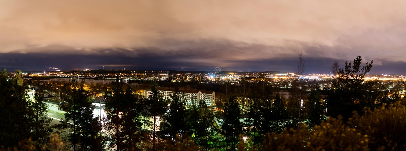 Panorama av sydliga Tammerfors från Kalevankangas royaltyfri bild
