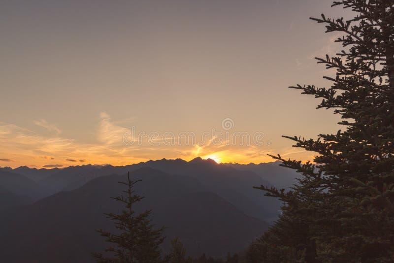 Panorama av terre di pedemonte och Centovalli fr?n cimetta under solnedg?ng royaltyfri foto