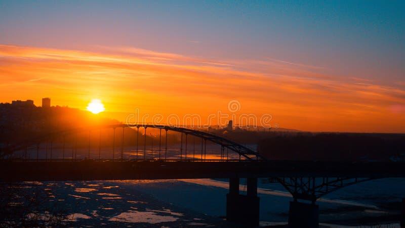 Panorama av transport på bron och soluppgång över den Belaya floden i Ufa, Bashkiria, Ryssland royaltyfria bilder
