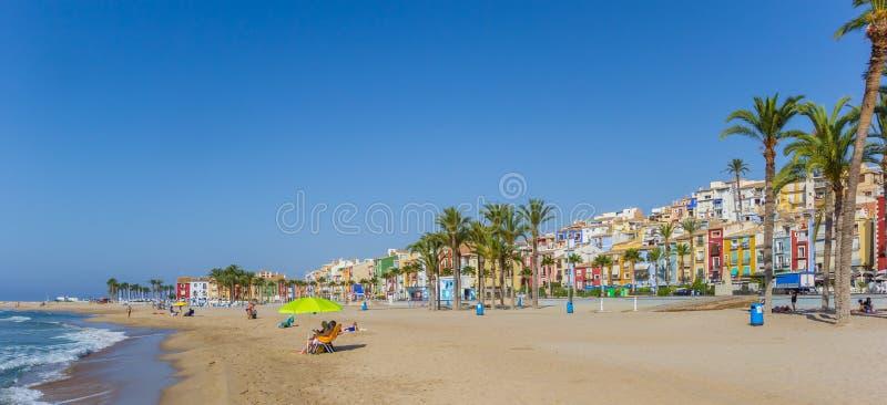 Panorama av turister som tycker om stranden i färgrika Villajoyosa arkivfoto