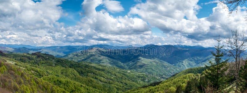 Panorama av ukrainare Carpathians fotografering för bildbyråer