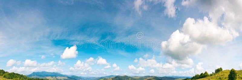 Panorama av ursnygg cloudscaperörelse arkivfoto