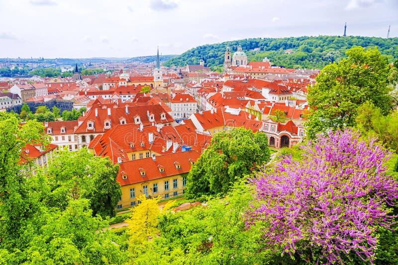 Panorama av våren Prague, Tjeckien arkivbilder