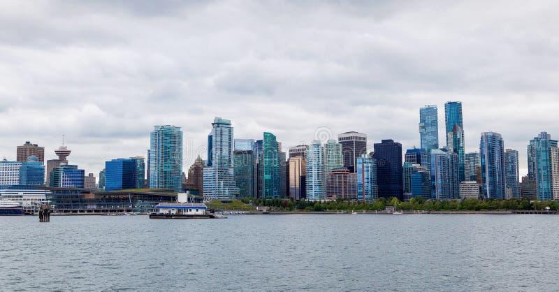 Panorama av Vancouver i stadens centrum horisont från Stanley Park royaltyfri bild