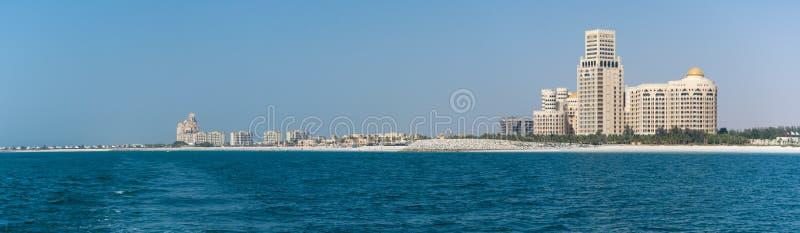 Panorama av Waldorf Astoria i Ras al Khaimah, Förenade Arabemiraten UAE med havet och stranden i sikt royaltyfri foto