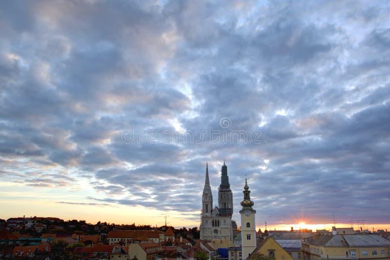 Panorama av Zagreb med domkyrkan royaltyfria bilder