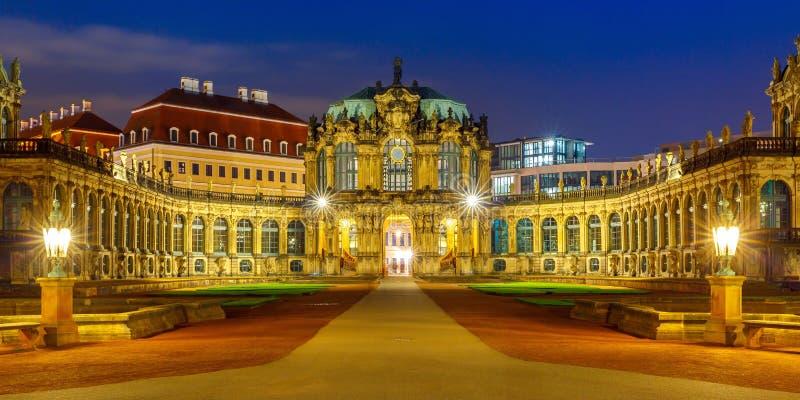 Panorama av Zwinger på natten i Dresden, Tyskland arkivfoto