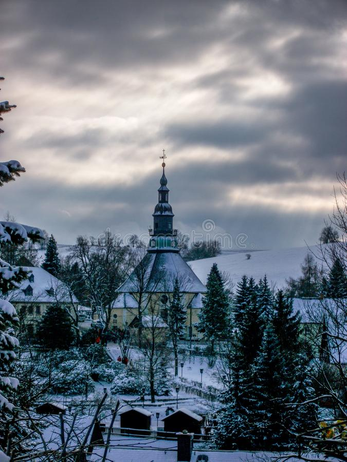 Panorama avec la vue du village Seiffen, montagnes d'église de Seiffener de minerai image libre de droits