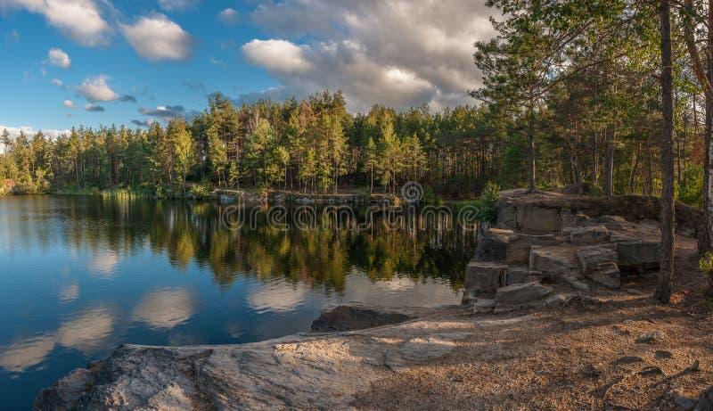 Panorama avec le lac et la forêt photographie stock