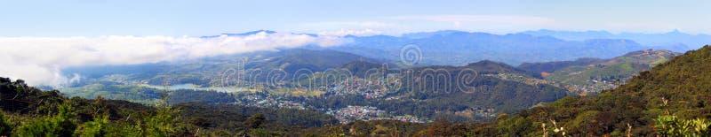 Panorama avec Nuwara Eliya et montagnes autour photos stock
