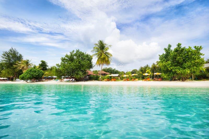 Panorama azjatyckiej plaży rajskiej w Tajlandii obraz royalty free