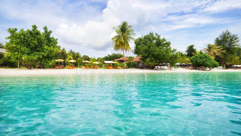 Panorama azjatyckiej plaży rajskiej w Tajlandii zdjęcie royalty free