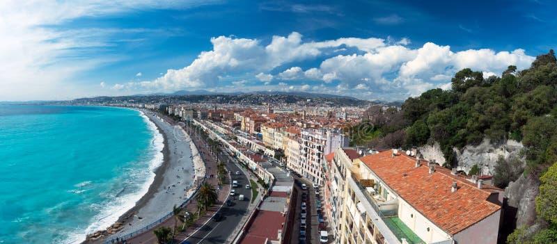 panorama Azurt hav, v?gor, engelsk promenad och vila f?r folk Vila och avkoppling vid havet arkivfoto