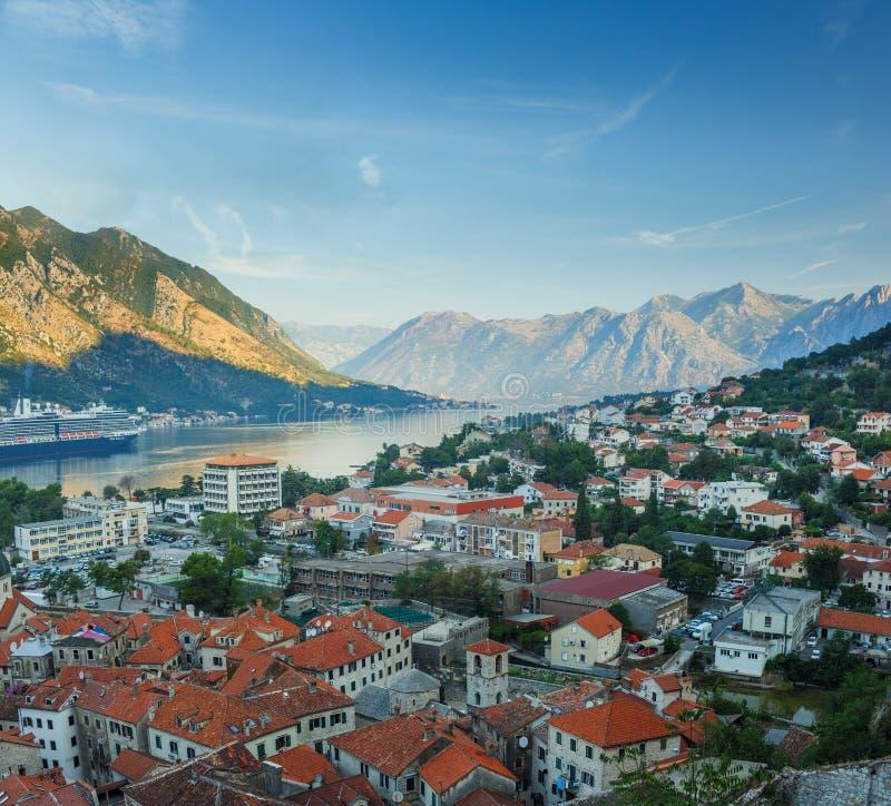 Panorama- bästa sikt av den Kotor fjärden (Boka Kotorska) och den Kotor staden, arkivbilder