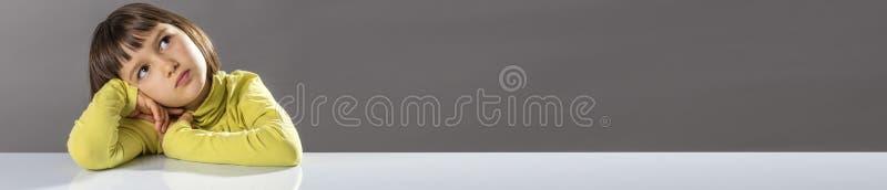 Panorama- baner av den söta truta tänkaren som bort ser för ungeleda arkivfoto
