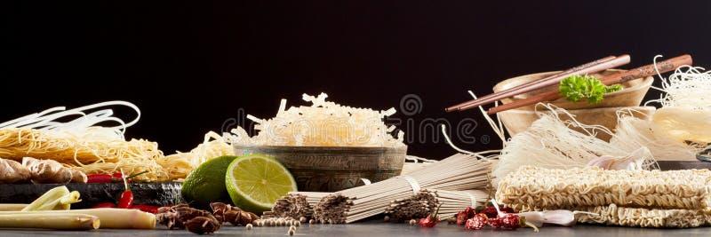 Panorama- baner med sortimentet av asiatiska nudlar fotografering för bildbyråer