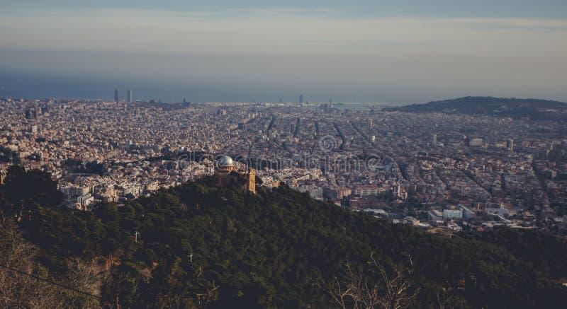 Panorama- berglandskap i en stad Barcelona arkivfoton