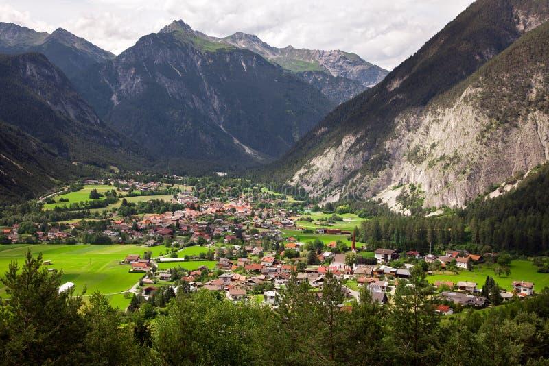 Panorama- bergsikter av den Dormitz och Nassereith byn, Österrike royaltyfria bilder