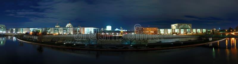 Panorama Berlín en la noche fotos de archivo libres de regalías