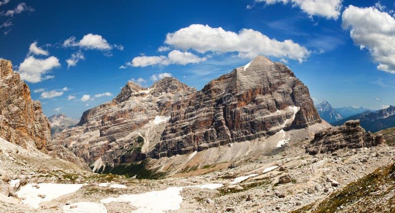 Panorama- beskåda av Dolomiti - gruppen Tofana royaltyfria foton