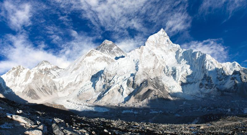 Panorama- beskåda av Mount Everest med den härliga skyen och den Khumbu glaciären royaltyfri fotografi