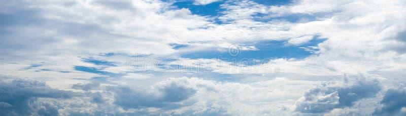 Panorama bielu Puszyste chmury i jaskrawy niebieskie niebo zdjęcia royalty free