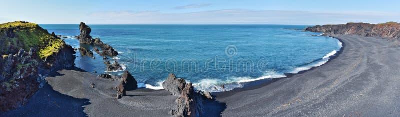 Panorama bij de baai en het strand van Djupalonssandur van Snaefellsnes-schiereiland in Westelijk IJsland te voet wordt gesitueer stock foto