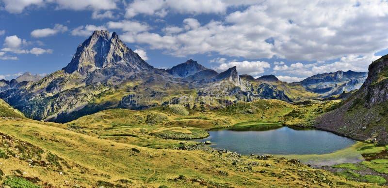 Panorama bij de bergpiek en Meer Miey van Midi Ossau, in vallei ayous-Bious in de Franse Atlantische Pyreneeën, zoals die in Okto stock foto
