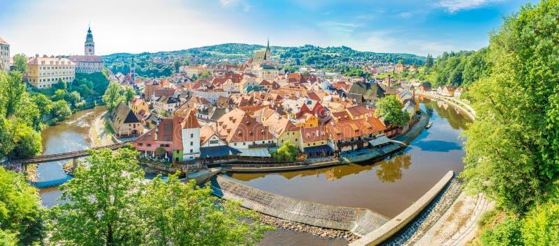 Panorama bij de meander van Vltava-rivier met de stad van Cesky Krumlov in Tsjechische Republiek stock fotografie