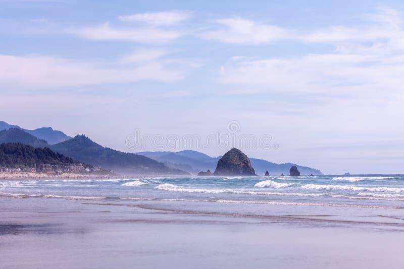 Panorama bij het strand van de Kanonstad en Hooibergrots, Oregon royalty-vrije stock foto's
