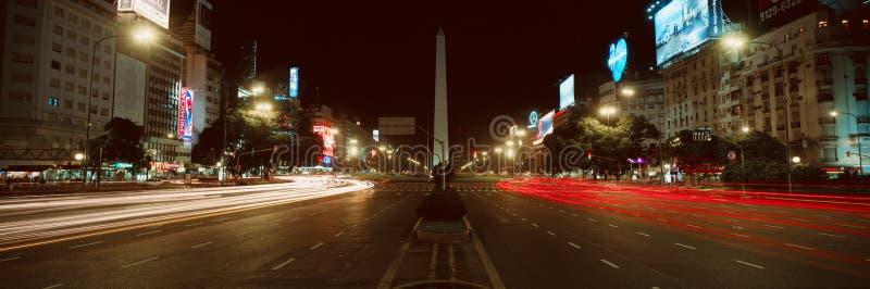 Panorama bij nacht van Avenida 9 DE Julio, breedste weg in de wereld, en Gr Obelisco, de Obelisk, Buenos aires, Argentinië royalty-vrije stock afbeelding
