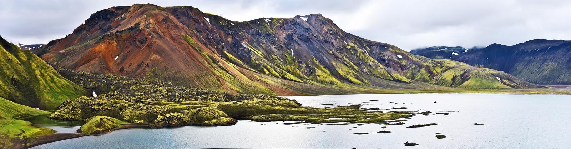 Panorama bij Namshraun-lavagebied en Frostastadavatn-meer en in Hooglanden van IJsland royalty-vrije stock fotografie