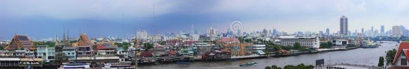 Panorama- bild av Bangkok som visar Chao Phraya River arkivfoto