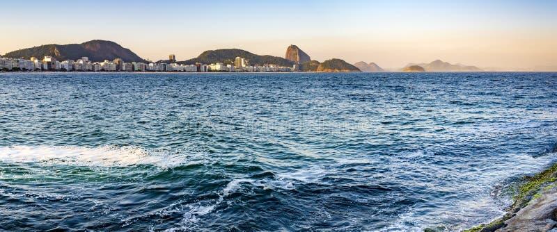 Panorama- bild av den Copacabana stranden och Sugar Loaf fotografering för bildbyråer