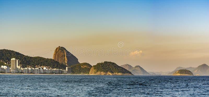 Panorama- bild av den Copacabana stranden och Sugar Loaf arkivbild