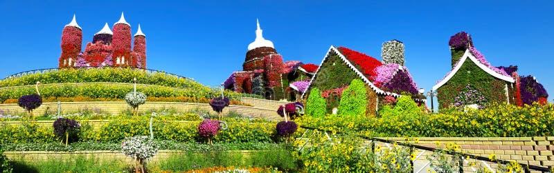 Panorama- bild av en blommaträdgård mot en blått royaltyfri bild