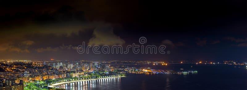 Panorama- bild av Rio de Janeiro som ses från ovannämnt på natten arkivbild