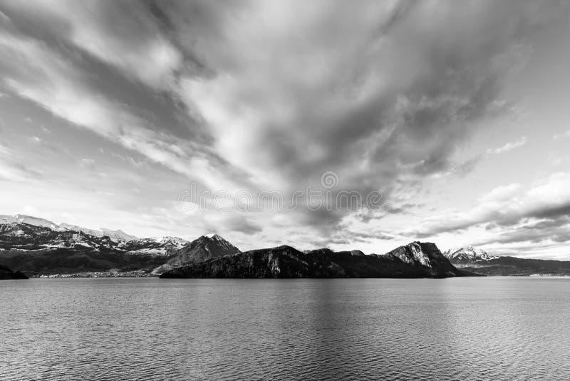 Panorama blanco y negro sobre las montañas y el lago de las montañas Cantón Alfalfa de Suiza imagenes de archivo