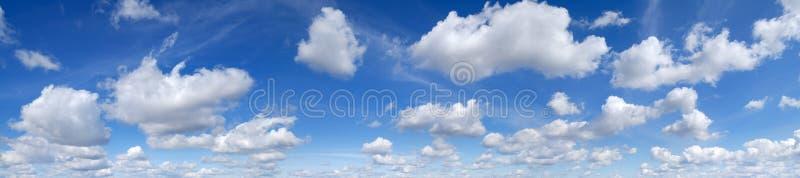 Panorama - Blauwe hemel en witte wolken royalty-vrije stock afbeeldingen