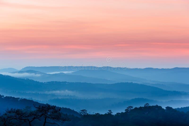 Panorama bleu de montagnes photographie stock libre de droits