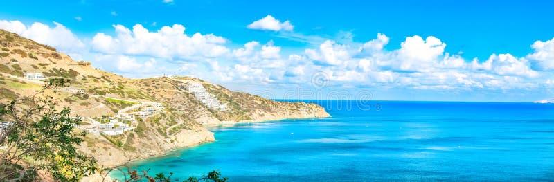 Panorama bonito com mar de turquesa Vista da praia de Theseus, Ammoudi, Creta, Grécia Paisagem de HD imagens de stock