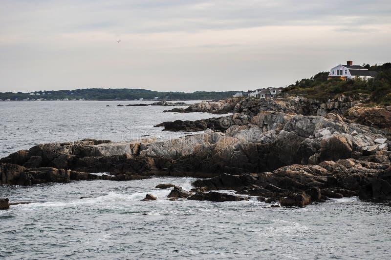 Panorama bonito da costa de Oceano Atlântico e do penhasco rochoso imagem de stock