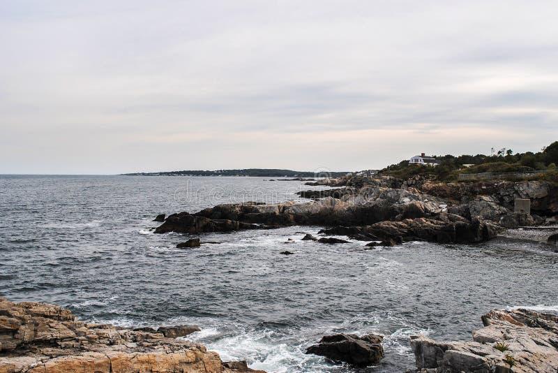 Panorama bonito da costa de Oceano Atlântico e do penhasco rochoso fotos de stock
