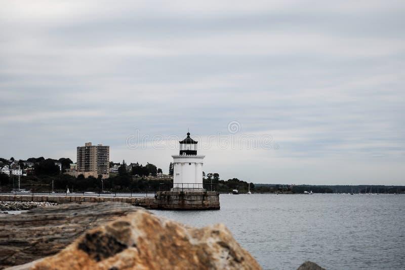 Panorama bonito da costa de Oceano Atlântico e de farol fotos de stock royalty free