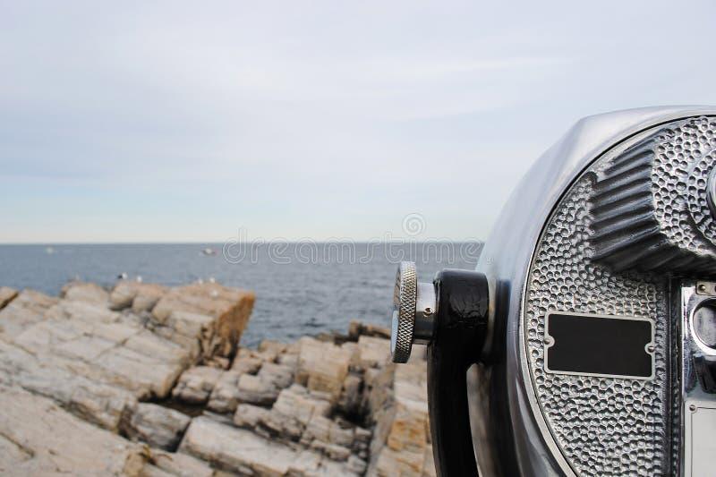 Panorama bonito da costa rochosa de Oceano Atlântico e de binocular estacionário imagem de stock