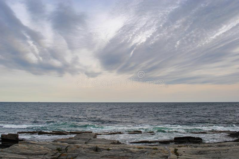 Panorama bonito da costa rochosa de Oceano Atlântico e do céu nebuloso fotografia de stock royalty free