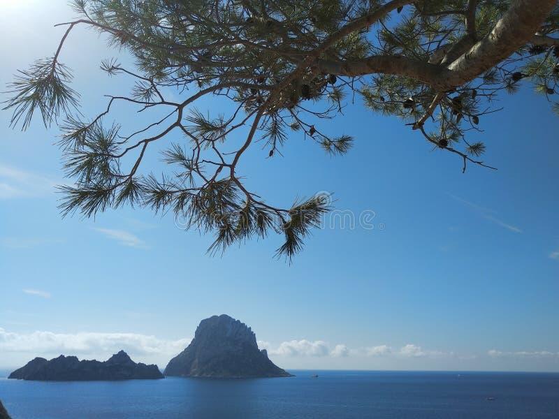 Panorama bonito da ilhota de Es Vedra no penhasco de Cala D 'Hort em Ibiza, ilha de Pitiusa do Balearics fotos de stock royalty free