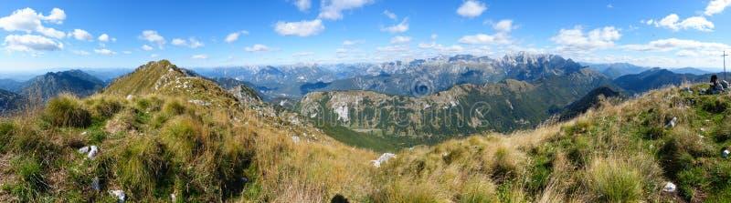 Panorama bonito da montanha em cumes italianos com c?u azul e nuvens imagem de stock