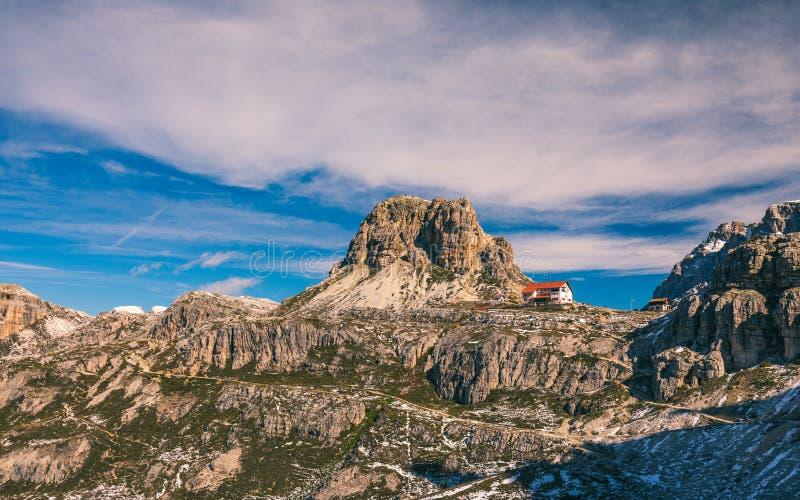Panorama bonito da montanha em montanhas das dolomites por Tre Cime d imagens de stock